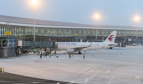 Một máy bay của hãng China Eastern tại sân bay Đại Hưng trong chuyến bay thử hôm 26/8. Ảnh: Reuters.