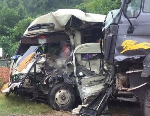 Xe khách và xe tải hư hỏng nặng sau tai nạn. Ảnh: P.T
