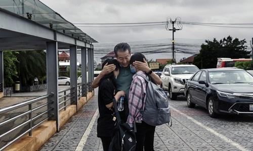 Kim Ye-na (trái) và Lee Jin-hui bên cạnh mục sư Chun Ki-won, ở Vientiane, Lào, ngày 21/8. Ảnh: NYTimes.