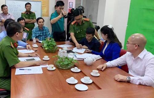 Chủ tịch Alibaba Nguyễn Thái Luyện (áo sơ mi trắng)làm việc với cơ quan điều tra chiều 18/9. Ảnh: Công an cung cấp.