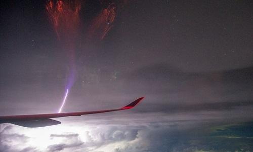 Sét gigantic jet sáng rực phía trước cánh máy bay. Ảnh:Hung-Hsi Chang.