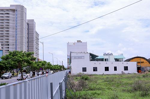 Vệt đô thị có người Trung Quốc đứng tên quyền sử dụng đất nằm sát vách với sân bay quân sự Nước Mặn. Ảnh: Nguyễn Đông.