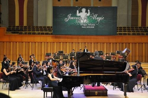 Hiền An biểu diễn cùng dàn nhạc giao hưởng. Chỉ huy: Honna Tetsuji.