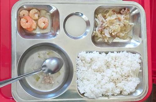 Suất cơm cho học sinh bán trú trưa 17/9 của học sinh trường Tiểu học Thạch Linh. Ảnh: T.Thức