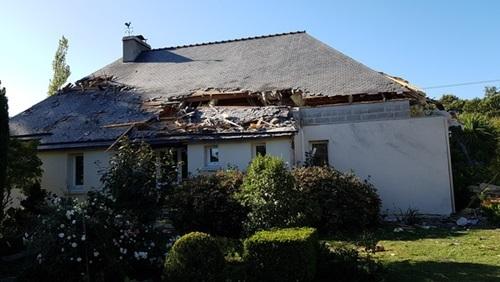 Phần mái của một ngôi nhà ở vùng Morbihan, miền tây nước Pháp bị hư hại sau sự cố của F-16. Ảnh: Télégramme.