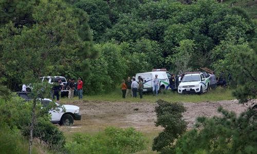 Các quan chức tới một ngôi mộ bí mật ở thành phố Zapopan, bang Jalisco, Mexico hôm 18/9để tiếp tục tìm kiếm thi thể. Ảnh: Reuters.