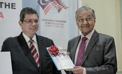 Thủ tướng Malaysia Mahathir Mohamad (phải) và Ngoại trưởng Datuk Saifuddin Abdullah trong buổi ra mắt Khung Chính sách đối ngoại của Malaysia mới tại thành phố Putrajaya hôm 18/9. Ảnh: Bernama.