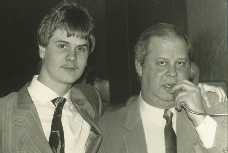 Richard (trái) đứng cùng luật sư vào năm 1988. Ảnh: William Dekay/Detroit Free Press.