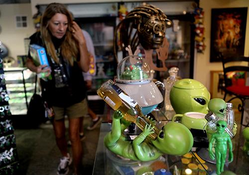 Mọi người tham quan Trung tâm Nghiên cứu Người ngoài hành tinh ở thị trấn Hiko, bang Nevada hôm 19/9. Ảnh: Reuters