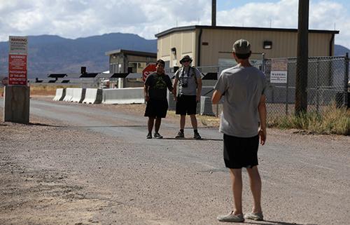 Những người tham dự sự kiện chụp ảnh trước cổng căn cứ Khu vực 51 ở thị trấnRachel, bang Nevadahôm 19/9. Ảnh: Reuters