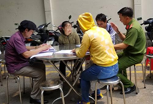 Nhiều người đến Công an TP HCM trình báo. Ảnh: Q.T