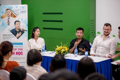 Diễn giả Hoàng Anh Tú ( ảnh giữa) và những chia sẻ thuyết phục về các quan điểm dạy con.