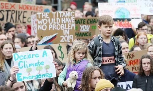 Các em nhỏ tham gia đình công kêu gọi bảo vệ môi trường ở Sydney, Australia hôm nay. Ảnh: AFP.