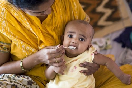 Trẻ ăn dặm ở Ấn Độ. Ảnh: SunoBolo