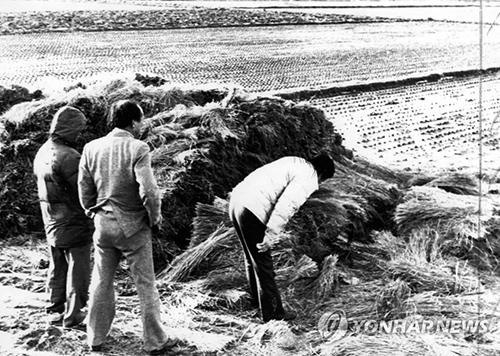 Cảnh sát điều tra tại hiện trường vụ giết người thứ năm ở Hwaseong năm 1987. Ảnh: Yonhap