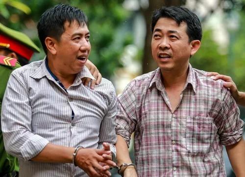 Hùng (phải) và Cường - hai người cầm đầu trong vụ buôn thuốc ung thư giả được đưa ra xét xử hồi năm 2017. Ảnh: Thành Nguyễn.