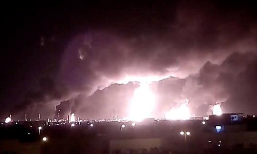 Khói lửa bốc lên từ nhà máy của Aramco tại Abqaiq sau vụ tấn công hôm 14/9. Ảnh: Reuters.