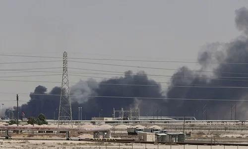 Khói bốc lên tại nhà máy lọc dầu ở thành phố Abqaiq của Arab Saudi sau vụ tấn công ngày 14/9. Ảnh: Reuters.