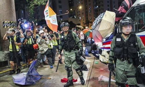 Cảnh sát chống bạo động Hong Kong và người biểu tình đụng độ ởWong Tai Sin hôm 3/8. Ảnh: SCMP.