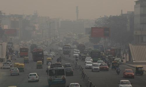 Con đường ở thủ đô Ấn Độ ngập trong khói bụi hồi tháng 11/2018. Ảnh: Reuters.