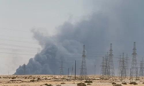 Khói đen bốc lên từ nhà máy dầu của Aramco ở Abqaiq, Arab Saudi, sau khi bị tấn công hôm 14/9. Ảnh: Reuters.