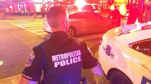 Cảnh sát tại hiện trường vụ xả súng ở Washington đêm 19/9. Ảnh: ABC7.