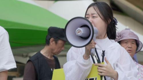 Menorah cầm loa la lét vào những người tới dự lễ hội của LGBTQ ở Incheon, Hàn Quốc hồi đầu tháng. Ảnh: BBC.