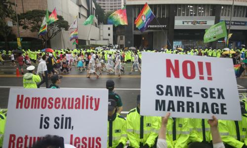 Những người biểu tình giơ biển phản đối LGBTQ trong cuộc diễu hành của cộng đồng này ở Seoul, Hàn Quốc hồi tháng 7/2017. Ảnh: Yonhap.
