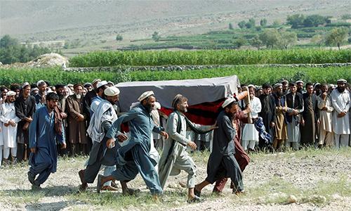 Đám tang một nạn nhân thiệt mạng trong vụ Mỹ không kích nhầm tại tỉnh Nangarhar, Afghanistan ngày 19/9. Ảnh: Reuters.