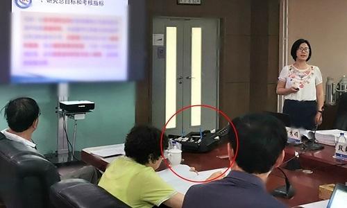 Súng âm thanh (vòng tròn đỏ) xuất hiện trên bàn họp của các chuyên gia thuộc Viện Hàn lâm Khoa học Trung Quốc. Ảnh: SCMP.