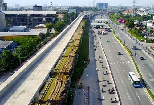 Tuyến Metro số 1 của TP HCM đoạn trên cao đi qua Xa lộ Hà Nội. Ảnh: Quỳnh Trần