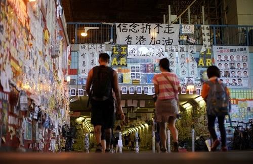 Những bức tường dán đầy thông điệp kêu gọi biểu tình ở quận Tai Po, Hong Kong hôm nay. Ảnh: Reuters.