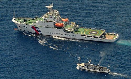 Tàu hải cảnh Trung Quốc ngăn tàu tiếp tế Philippines gần bãi Cỏ Mây năm 2014. Ảnh: AFP.