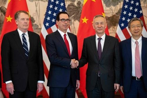 Bộ trưởng Tài chính Mỹ Steven Mnuchin và Phó thủ tướng Trung Quốc Lưu Hạc đàm phán thương mại tại Bắc Kinh hồi tháng ba. Ảnh: AFP.