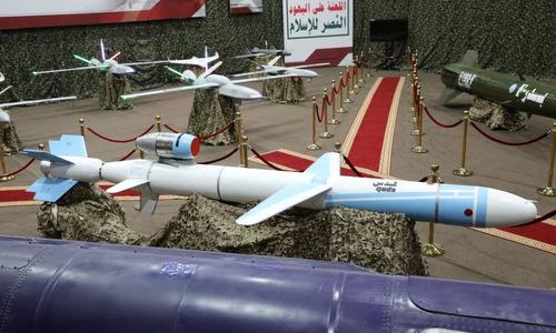 Tên lửa hành trình và UAV do phiến quân Houthi trưng bày đầu năm 2019. Ảnh: Reuters.