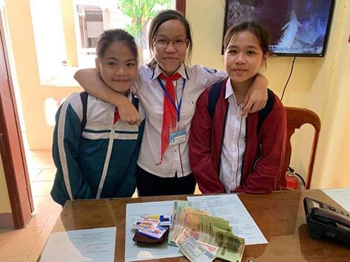 Ba học sinh đưa tiền đến bàn giao cho công an. Ảnh: Công an thị xã Quảng Trị