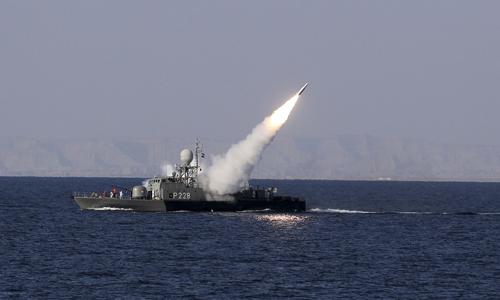Một tên lửa tầm trung phóng từ tàu hải quân Iran trên biển Oman hồi tháng 1/2012. Ảnh: Reuters.