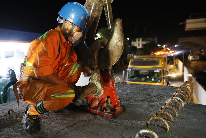 Công nhân xuyên đêm lao dầm cầu cạn vành đai 3