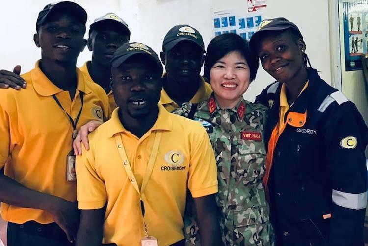Trung tá Nguyễn Thị Liên cùng các nhân viên kiểm tra an ninh phái bộ Liên Hợp Quốc tại Trung Phi. Ảnh: Nhân vật cung cấp.