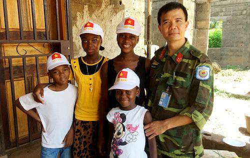 Trung tá Lê Ngọc Sơn và những học trò Trung Phi được anh giảng dạy trước và sau giờ làm ở phái bộ Liên Hợp Quốc. Ảnh:VNPKC
