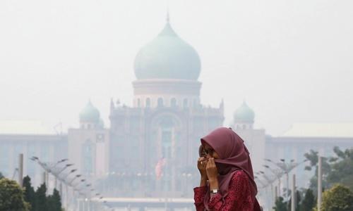 Khói mù vây kín phủ thủ tướng Malaysia ở Kuala Lumpur ngày 17/9. Ảnh: Reuters.