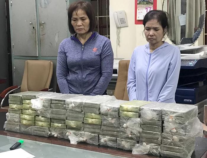 Nghi phạm và tang vật tại Cục Cảnh sát điều tra tội phạm về ma túy. Ảnh: Phương Ngọc