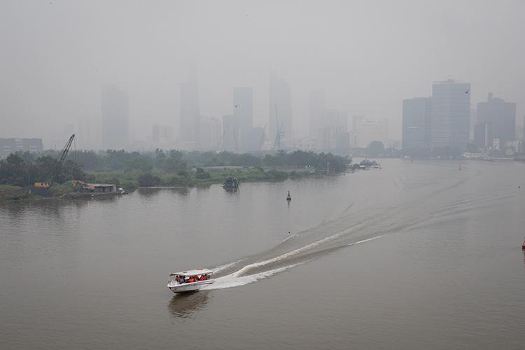 Mù bao phủ trung tâm TP HCM nhìn từ cầu Thủ Thiêm sáng 22/9. Ảnh: Thành Nguyễn.