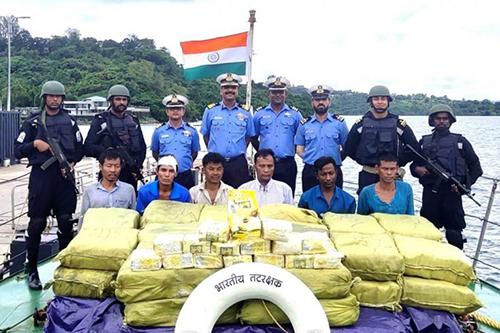 Lực lượng bảo vệ bờ biển Ấn Độ cùng6 thuyền viên Myanmar và hơn một tấn ketamine bị tịch thu hôm 19/9 gần quần đảo Nicobar. Ảnh: AFP