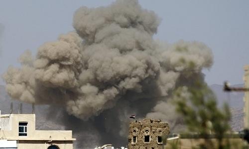 Khói bốc lên sau một đợt không kích của liên quân Arab vào kho vũ khí của Houthi ở phía bắc Sana hồi năm 2015. Ảnh: RTE.