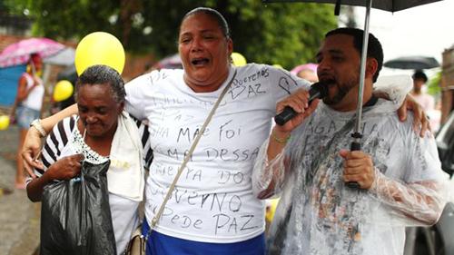 Người dân tuần hành trên đường phố Rio de Janeiro hôm quađể tưởng nhớ bé Agatha. Ảnh: Reuters