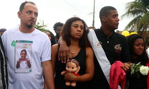 Bố mẹ của Agatha (bên trái) tại tang lễ của con gái hôm 22/9. Ảnh: Reuters