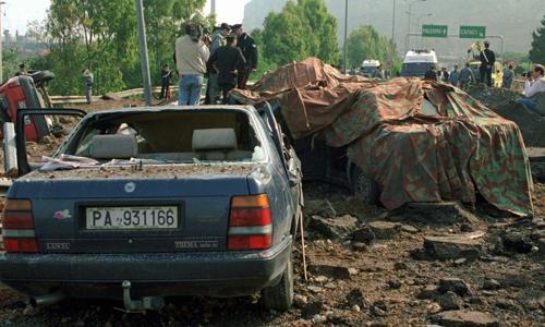 Hiện trường vụ đánh bom ám sát thẩm phán Giovanni Falcone trên đường cao tốc gần Palermo, vùng Sicily, Italy hồi năm 1992. Ảnh: AP.