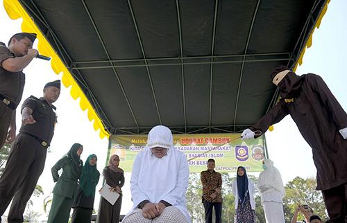 Một phụ nữ bị phạt 100 roi vì quan hệ khi chưa kết hôn tại thành phố Banda Aceh, Indonesia. Ảnh: AFP