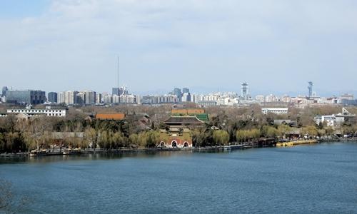 Bầu trời Bắc Kinh xanh trong hôm 13/3. Ảnh: IC